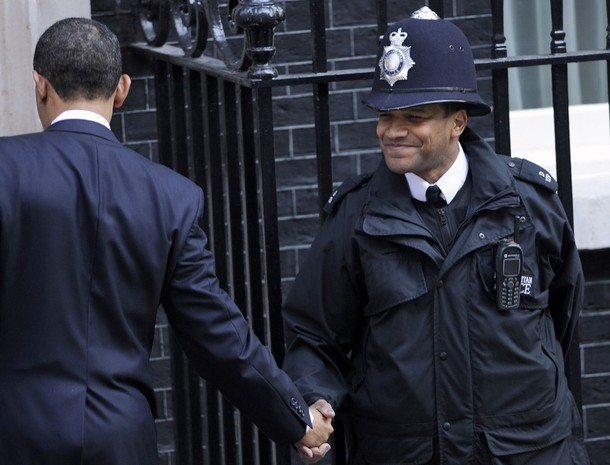 U.S. President Barack Obama (L) shakes hands with a British police officer outside 10 Downing Street in London April 1, 2009.  World leaders will have their work cut out at a G20 summit where Obama makes his first major international sortie, under perhaps more pressure than anyone to show that the country where the crisis began can lead the way out.    REUTERS/Toby Melville (BRITAIN POLITICS BUSINESS)